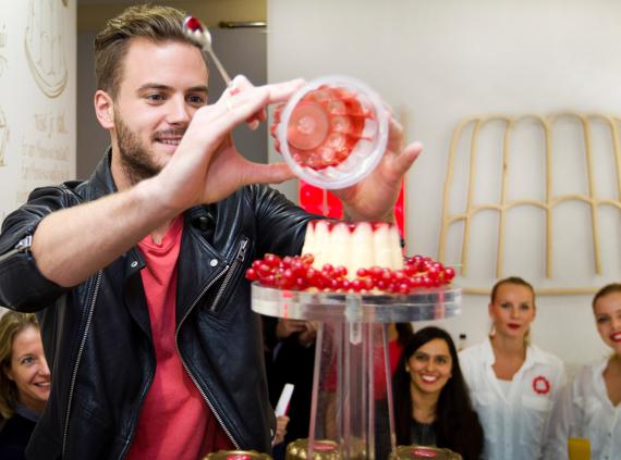 Snoepje Jim Bakkum opent eerste Puddingsalon