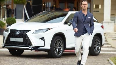 Hotelmedewerker 'leent' auto Jude Law