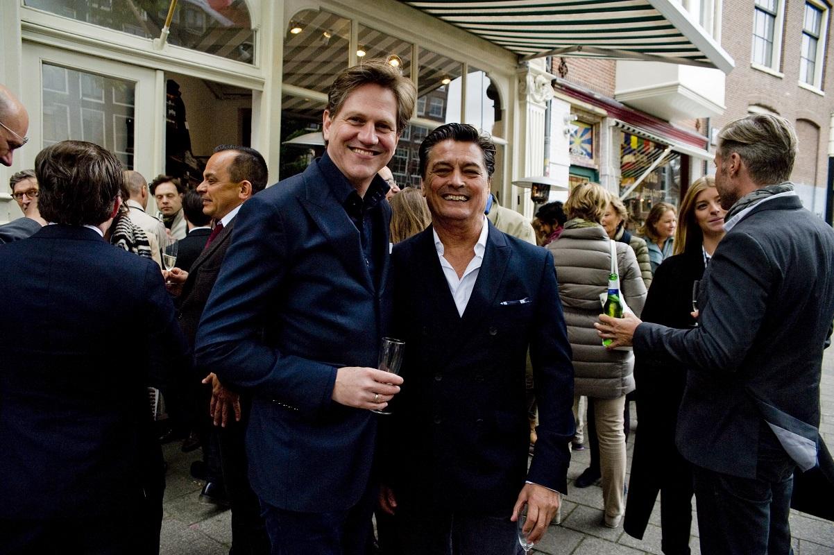 Erik Borger (uitgever) en Mark Zegeling (schrijver van o.a. 'Kingdom by the Sea') - Foto Martin van Os