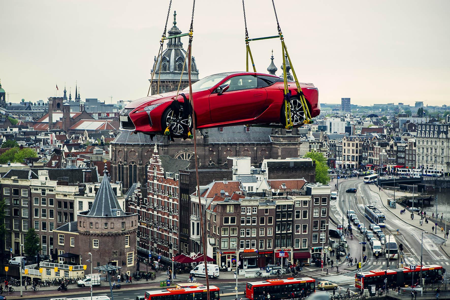 Gloednieuwe Lexus LC bungelt hoog boven Amsterdam