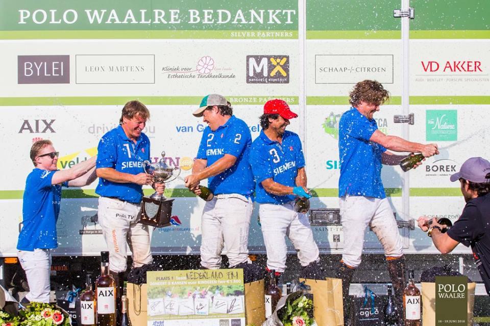 Winnaars met o.a. Aki van Andel