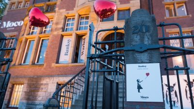 Moco museum onthult grootste werk Banksy